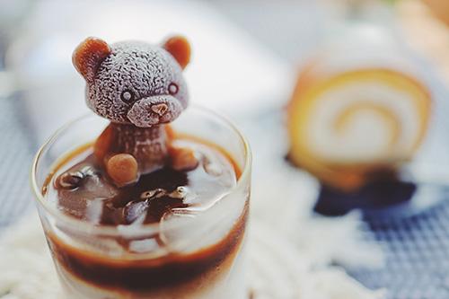フリー写真素材:最高のオヤツ、カフェラテくま氷とロールケーキ