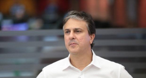 Camilo Santana processa André Fernandes