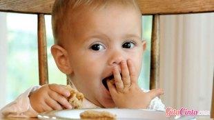 Bayi yang Sedang Makan - (Sumber: babycantre.co.uk)