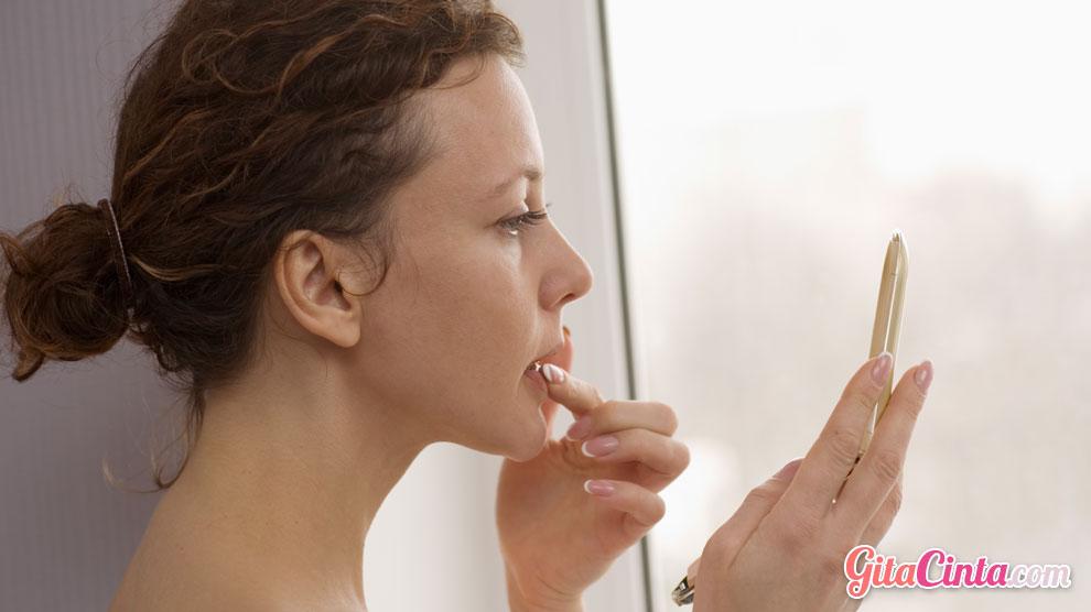 Aplikasikan Lipstik La Tulipe Pada Bibir Secara Merata