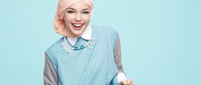 model, hijab, jilbab, berjilbab, ala, Dewi, Sandra, trend, setter, kerudung, panjang, krem, pink, gamis, pinggiran, hitam, senada, kreasi, segi, empat, layer, instan, acara, pesta, pashmina, bahan, satin, serat, tidak, halus
