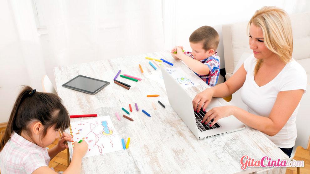 Ide bisnis yang bisa dijalankan oleh ibu rumah tangga antara lain warung makan dan katering, berjualan online, membuka les privat di rumah, menjadi penulis lepas. Untuk menjadi seorang ibu rumah tangga yang sukses berwirausaha, ada tips yang mungkin bisa dilakukan, yaitu cerdas membagi waktu.