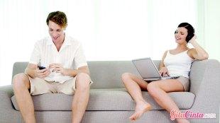 Cara, membangun, komitmen, bukti, menghapus, aplikasi, kencan, dating, online, Tinder, Bumble, pasangan, hubungan, pacaran, serius, menjaga, bertanggungjawab, cinta, ahli, psikolog, susah, keseriusan, jujur, kejujuran, sabar, target, menikah, masa, depan, cemburu, perasaan