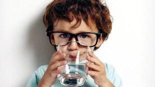 Ilustrasi: menganjurkan anak minum air putih (sumber: comforttechfl.com)