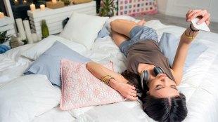 Ilustrasi: remaja bermain smartphone di kamar (sumber: wezift.com)
