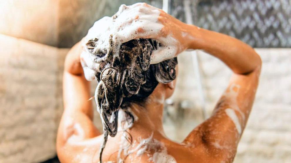 Ilustrasi: mencuci rambut (sumber: medicalnewstoday.com)