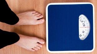 Ilustrasi: timbang berat badan (sumber: verywellfit.com)