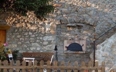 """Photographie de La terrasse du Gîte """"bondjou"""" du Domaine Rouretord en Ardèche"""
