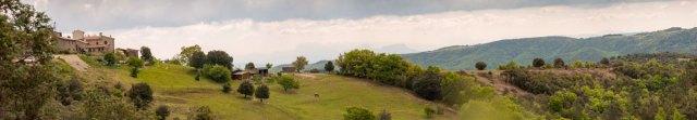 Photo du Domaine Rouretord inscrit dans le paysage d'Ardèche.