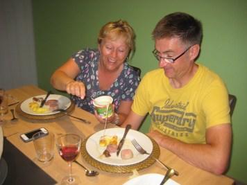 Pamela et Paul, le couple d'anglais, s'essayant à la cancoillotte
