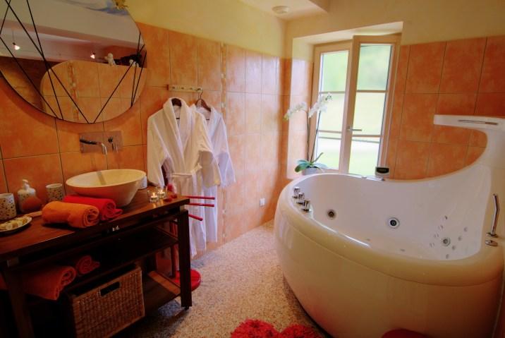 """La baignoire à jets dans la chambre """"Fée Romantique"""""""