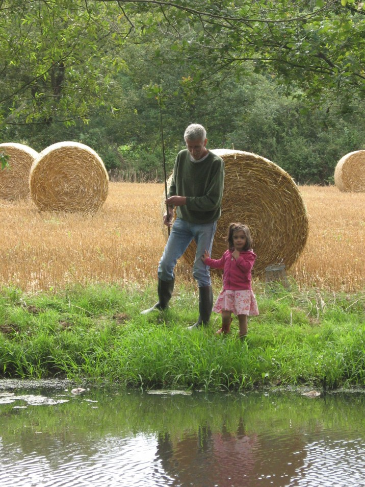 Jacques avec leur petite-fille, allant à la pêche