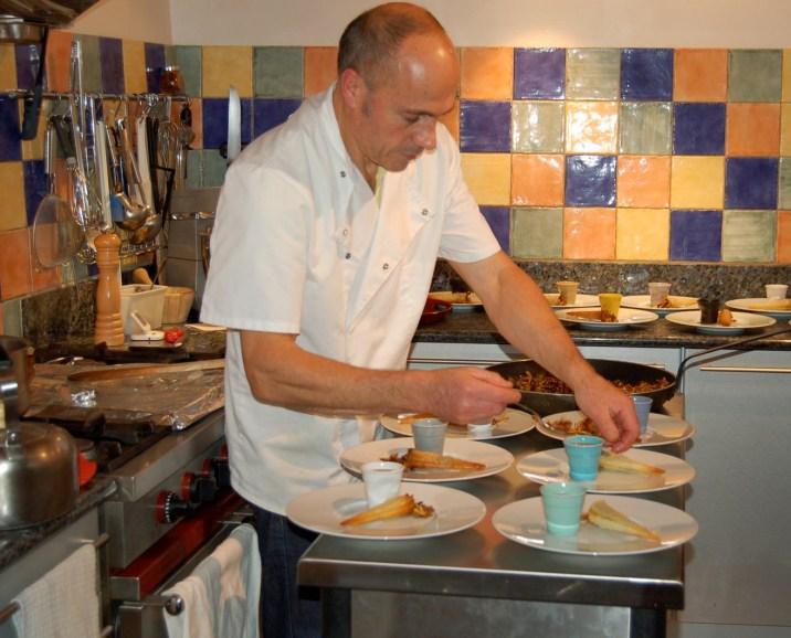 Philippe élabore une recette pour ses hôtes