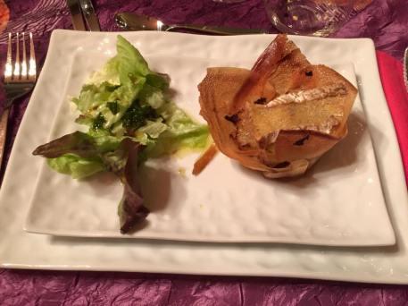 Fromage de Brie en feuilles de brick sur fondue de poireaux