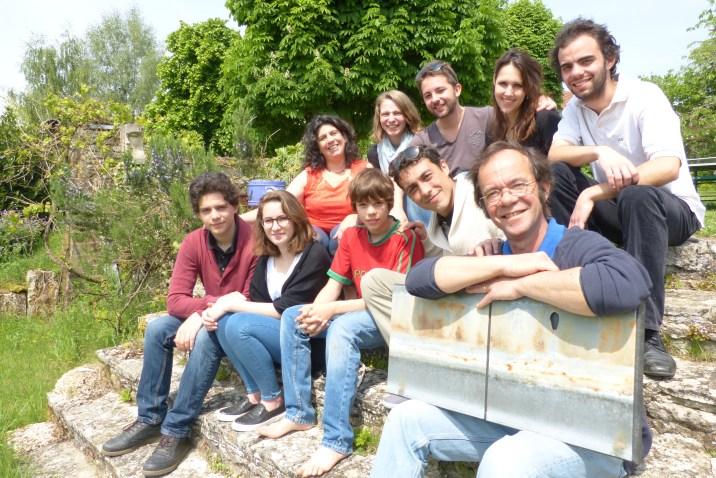 Laura et Pascal avec leurs cinq fils et leurs amies respectives