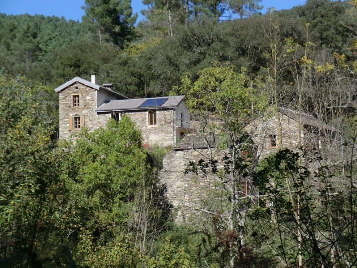 Vue sur la propriété en bas de la montagne