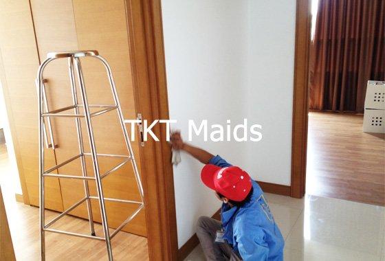 vệ sinh phần thô sơn nước, vôi trên cửa - TKT Maids