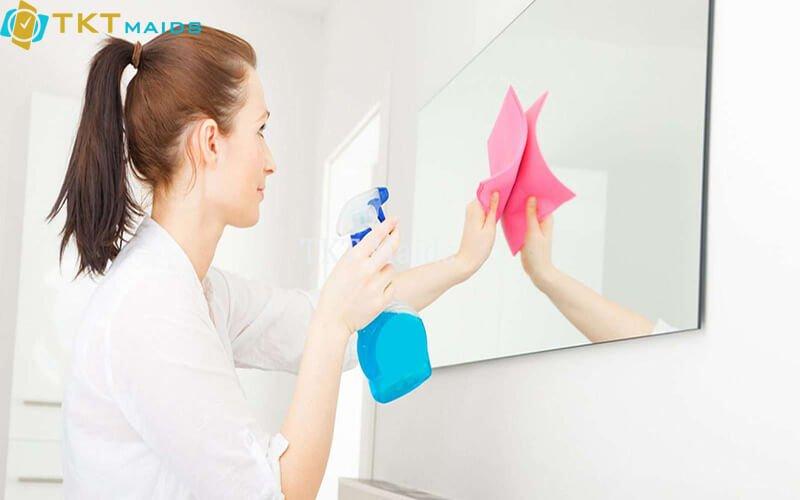 Hình ảnh: Lau chùi gương trong phòng tắm