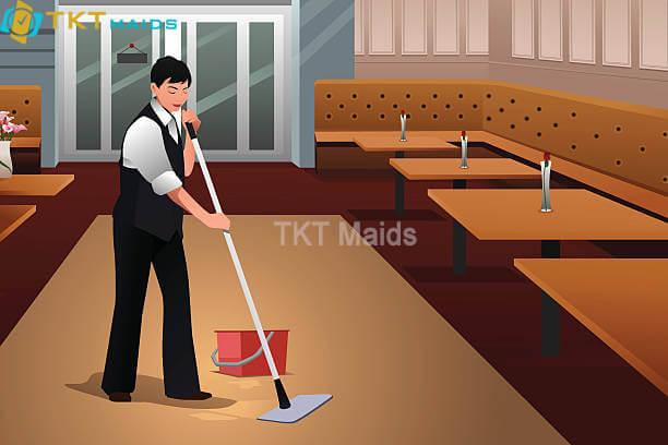 Nhân viên vệ sinh khu vực phục vụ khách tại nhà hàng