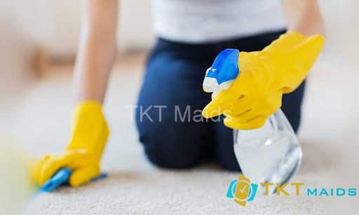 Hình ảnh: Vệ sinh, chà nhẹ nhàng các vết bẩn trên thảm