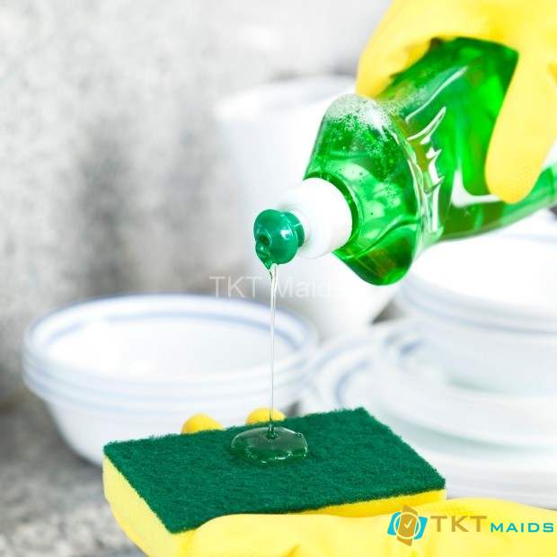 Hình ảnh: Dùng nước rửa chén tẩy vết dầu mỡ