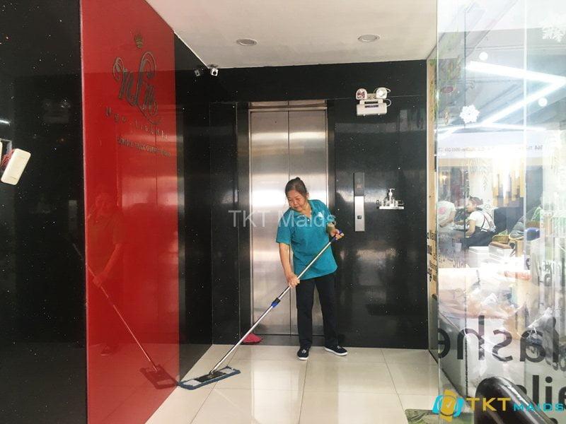 Nhân viên tạp vụ hàng ngày tại tòa nhà Ngọc Linh Nhi