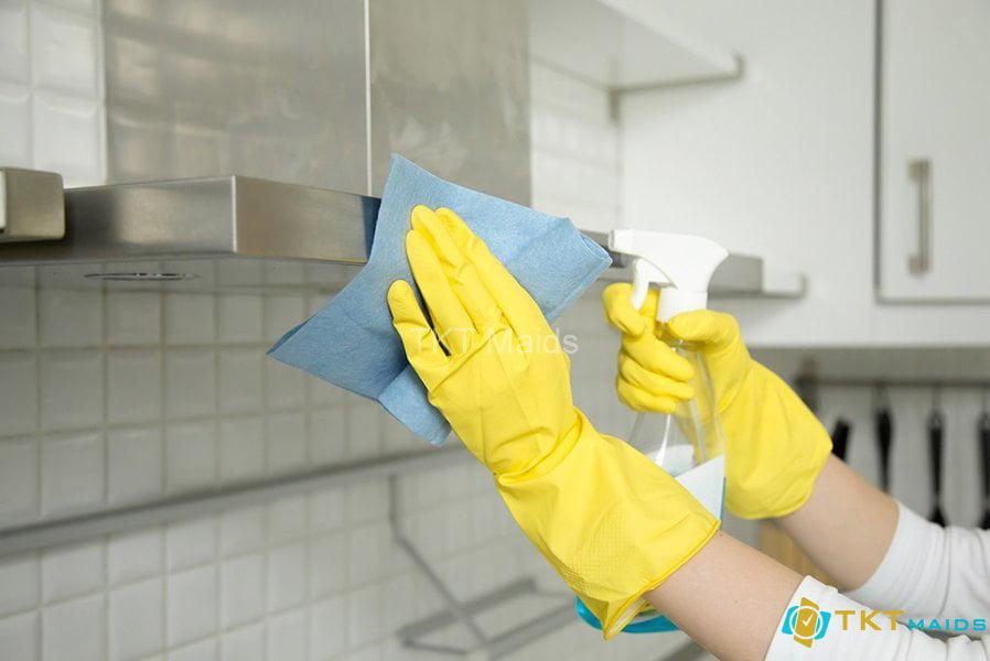 Vệ sinh sạch sẽ các kệ tủ trong phòng bếp
