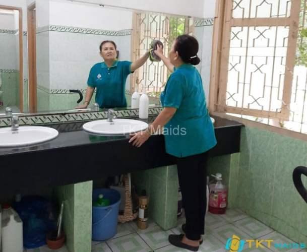 Lau chùi gương trong nhà vệ sinh