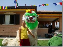 Monaco tibetano accanto a maschera tradizionale