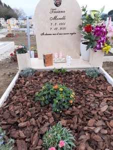 Tomba di Tiziana allestita per il suo 65 compleanno.