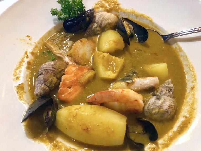 Avec crevette, loup de mer, saumon, cabillaud, moules, et coquillages.
