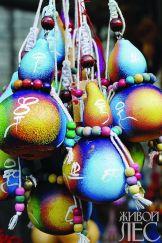 Если изделию из тыквы отводится декоративная роль, то вполне можно дать фантазии разгуляться.