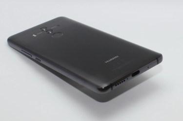 Spodní strana je vyhrazena USB-C konektoru, mikrofonu a hlasitému reproduktoru