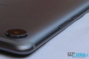 Tlačítka jsou zapuštěná pod okrajem tabletu