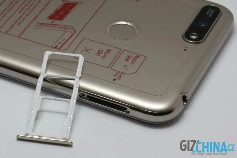 Slot pro dvě SIM karty i microSD kartu