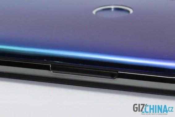 Krytka šuplíku SIM karet má jiný barevný odstín