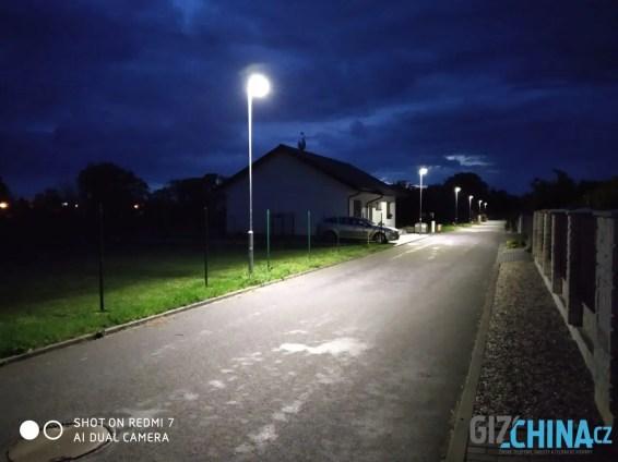 Noční fotky jsou hodně rozmazané