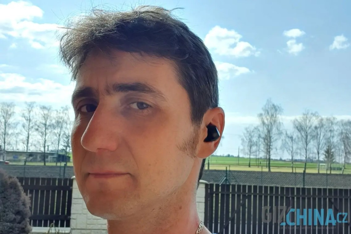 Sluchátka dobře v uších sedí a nemají snahu se hýbat