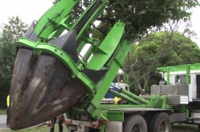 Caminhão transportador de árvores.