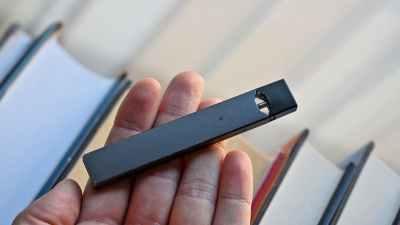 Cigarro eletrônico na mão de uma pessoa