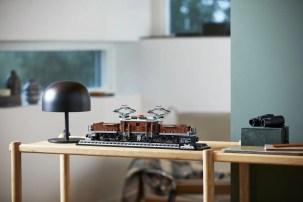 LEGO Crocodile Locomotive (10277) - adult display