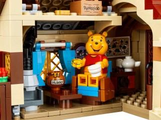 LEGO Winnie the Pooh 21326 - Pooh eating honey