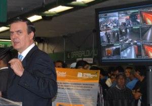 Marecelo Ebrard y un monitor - Foto: STCMetro