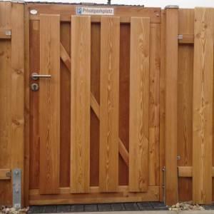 Zaun-Grönland-mit-Tür-aus-Holz