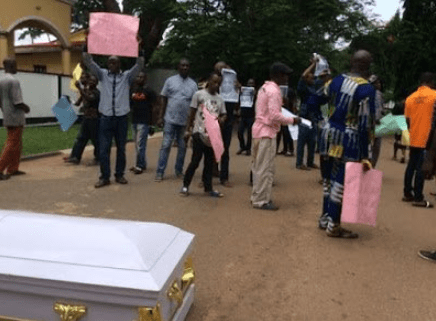 EAT THE CORPSE!! Angry Protesters Deliver Corpse Of Man Killed By Herdsmen In Edo Government House 1