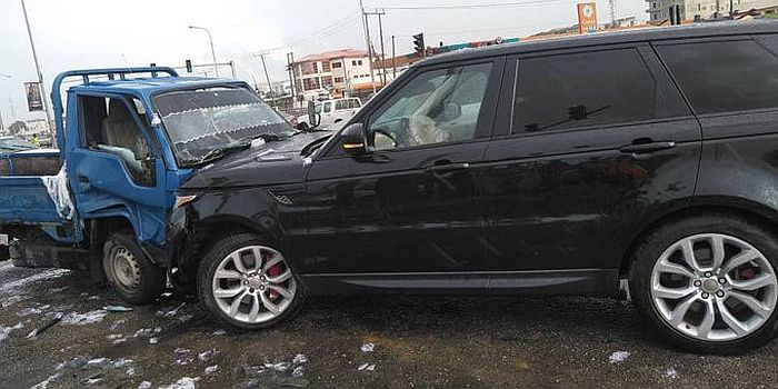 Truck Driver Crashes Into A Range Rover After Suffering Brake Failure In Lagos (Video)