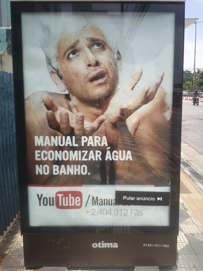 manual-para-economizar-agua-no-banho-youtube-anuncio-campanha-outdoor-pular-anuncio-blog-geek-publicitario
