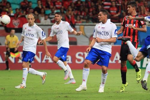 Jogadores do Paraná Clube com a camiseta sem escudo
