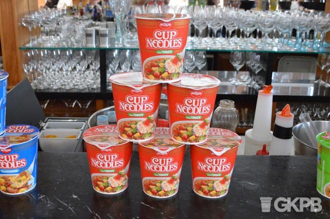 Cup Noodles apresenta novo sabor tomate.