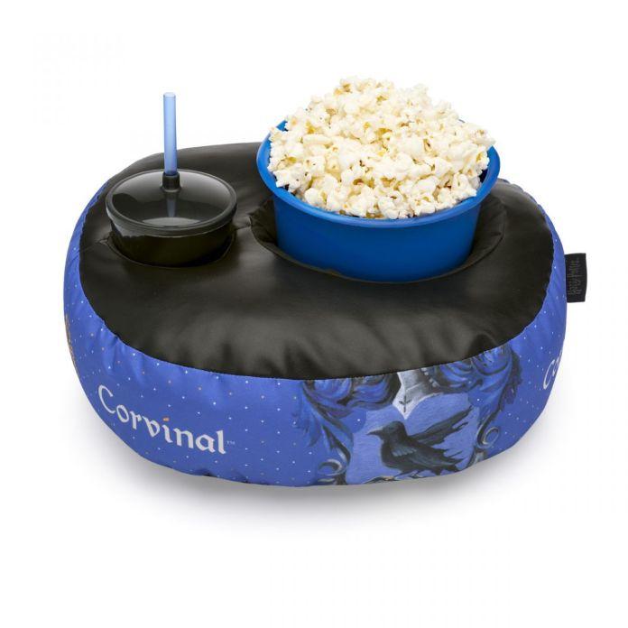 Kit contendo uma almofada com um copo e um balde dentro com temática de Corvinal
